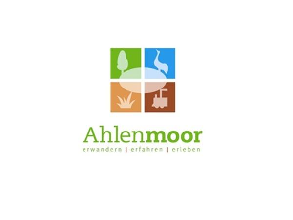 grüner Baum, blauer Kranich, beige Pflanze, braune Moorbahnlok, Schriftzug Ahlenmoor