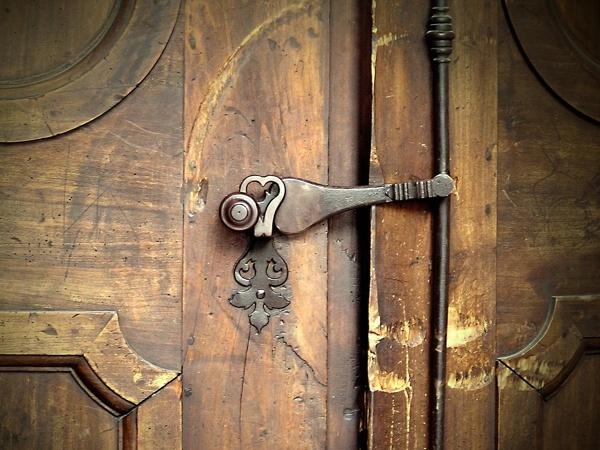 große Türklinke an stabiler Holztür