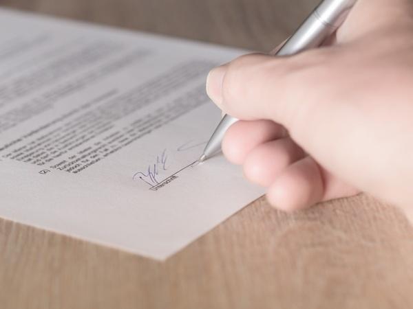 Papier, Stift, Hand zur Unterzeichnung
